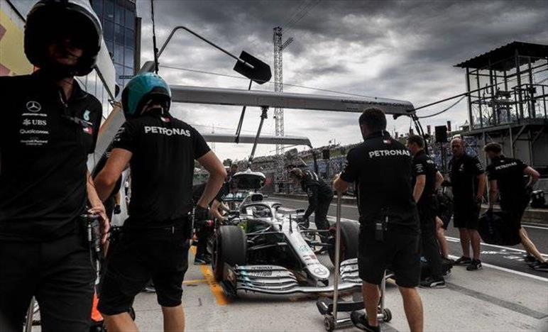 Inizia male il weekend di Bottas, Hamilton teme la Red Bull