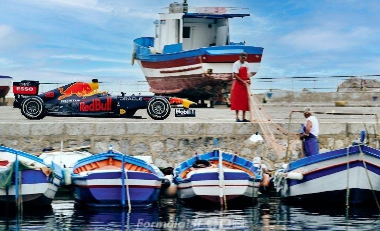La RB7 vincitrice del doppio titolo in F1 visita le strade di Palermo