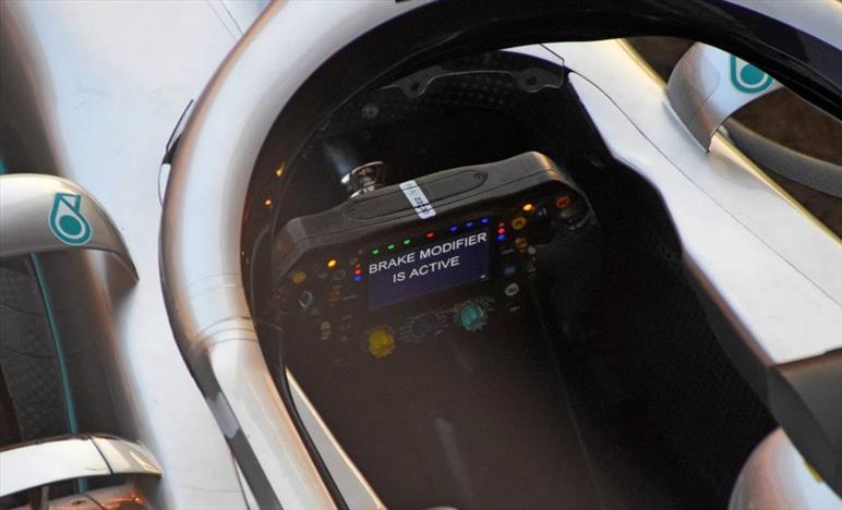 MERCEDES: Ecco il nuovissimo volante della W10