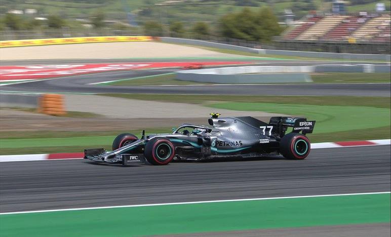 Prima fila tutta Mercedes: Hamilton si arrende ad un Bottas scatenato